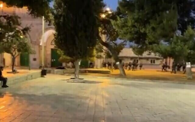 اشتباكات بين قوات الأمن الإسرائيلية ومصلين مسلمين في الحرم القدسي، 18 يوليو، 2021. (Screen grab / Twitter)