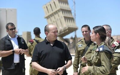 رئيس الوزراء نفتالي بينيت يقوم بزيارة لجنود الجيش الإسرائيلي المتمركزين بالقرب من غزة، 17 أغسطس، 2021 (Kobi Gideon / GPO)