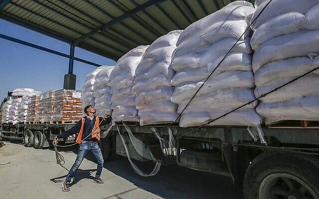 عامل فلسطيني يفحص شاحنة محملة بمساعدات وكالة الامم المتحدة لغوث وتشغيل اللاجئين الفلسطينيين (الأونروا) وصلت عبر معبر كيرم شالوم من إسرائيل إلى مدينة رفح جنوب قطاع غزة، 12 مايو، 2019. (Said Khatib / AFP)