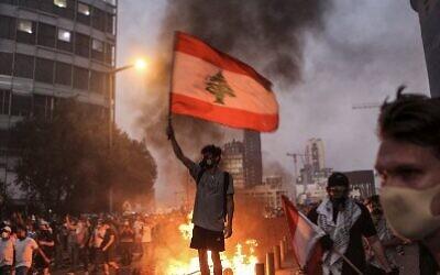 إشتباكات بين متظاهرين وقوات الأمن اللبنانية خلال إحياء الذكرى الأولى لإنفجار مرفأ بيروت والدمار الذي تلاه ، العاصمة اللبنانية بيروت 4 أغسطس 2021 (Photo by PATRICK BAZ / AFP)
