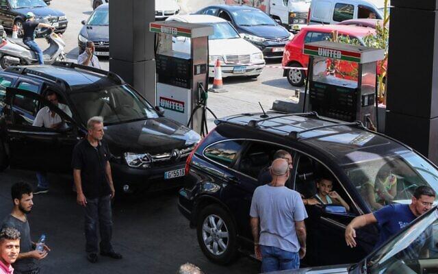 سائقون يقفون في طابور أمام محطة بنزين في العاصمة اللبنانية بيروت يوم 13 أغسطس  2021، وسط موجة نقص في المواد الأساسية بسبب أزمة اقتصادية حادة.  (ANWAR AMRO / AFP)