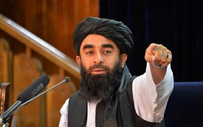 المتحدث باسم طالبان ذبيح الله مجاهد خلال مؤتمر صحفي في كابول في 24 أغسطس 2021 بعد استيلاء طالبان المفاجئ على أفغانستان.  (Hoshang Hashimi / AFP)