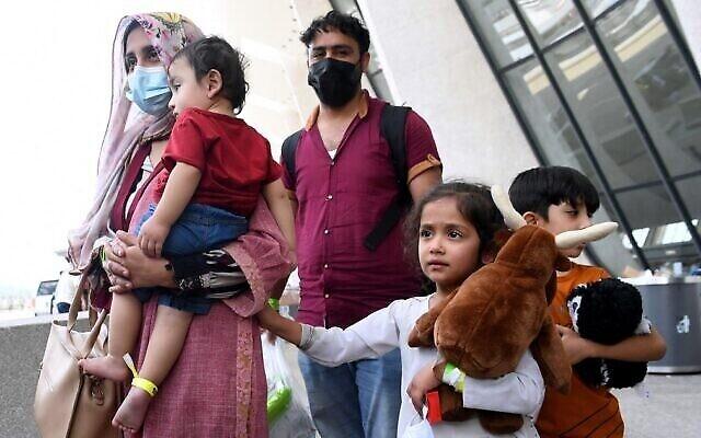 اللاجئون الأفغان يصلون إلى مطار دولس الدولي في 27 أغسطس 2021 في دالاس، فيرجينيا، بعد إجلائهم من كابول في أعقاب استيلاء طالبان على أفغانستان. (Olivier DOULIERY / AFP)