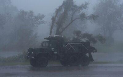 """شاحنة تسير وسط رياح شديدة وأمطار  غزيرة جراء إعصار """"ايدا في بورغ، لويزيانا في 29 أغسطس 2021.   ( Mark Felix / AFP)"""