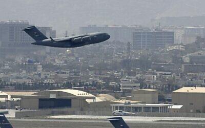طائرة تابعة للقوات الجوية الأمريكية تقلع من مطار كابول في 30 أغسطس 2021.  ( Aamir QURESHI / AFP)