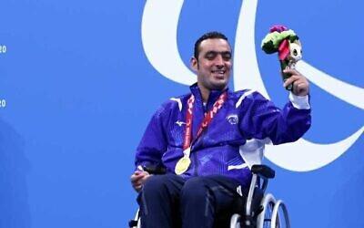 إياد شلبي يحتفل بعد فوزه بالميدالية الذهبية في فئة 100 متر ظهر في فئة S1 في دورة الألعاب البارالمبية 2020 في طوكيو، اليابان، 25 أغسطس، 2021. (Keren Isaacson/ Israel Paralympic Committee)
