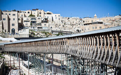 جسر باب المغاربة الخشبي المؤدي من ساحة الحائط الغربي إلى الحرم القدسي في البلدة القديمة بالقدس، 17 أبريل، 2012. (Noam Moskowitz/ Flash 90)