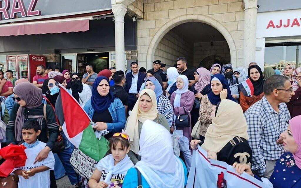 فلسطينيات وأزواجهن يسعون للحصول على أوراق إقامة في الضفة الغربية يتظاهرون أمام هيئة الشؤون المدنية التابعة للسلطة الفلسطينية في رام الله في 14 يونيو 2021 (courtesy)