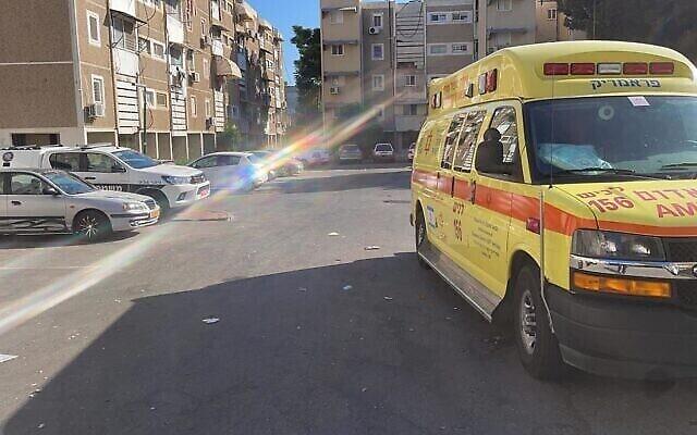 سيارة إسعاف تابعة لنجمة داود الحمراء في موقع جريمة عنف أسري في سديروت، 19 أغسطس، 2021. (MDA)