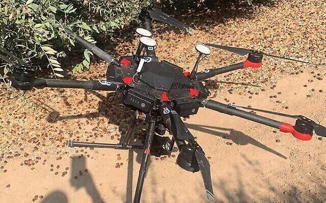 طائرة بدون طيار عثرت عليها القوات الإسرائيلية في جنوب إسرائيل في 13 أغسطس 2021، والتي يقول الجيش إن حركة حماس أطلقتها إلى المجال الجوي الإسرائيلي من قطاع غزة قبل يومين. (Israel Defense Forces)