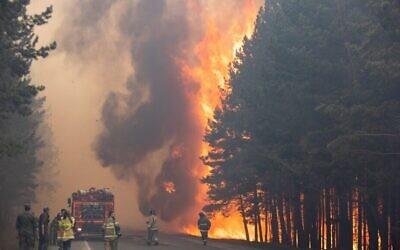 في هذه الصورة التي تم التقاطها 16 يونيو 2021، تعمل طواقم الإطفاء يعملون في موقع حريق غابة بالقرب من قرية أندريفسكي خارج تيومين ، غرب سيبيريا ، روسيا. يقول العلماء إن حرائق الغابات في سيبيريا تطلق كميات قياسية من غازات الدفيئة، مما يساهم في الاحتباس الحراري. في كل عام، تجتاح الآلاف من حرائق الغابات مساحات شاسعة من روسيا، وتدمر الغابات وتغلف مناطق شاسعة بالدخان الكثيف. شهد هذا الصيف حرائق هائلة بشكل خاص في ياقوتيا في شمال شرق سيبيريا بعد موجة حر غير مسبوقة. (AP Photo / Maksim Slutsky ، File)