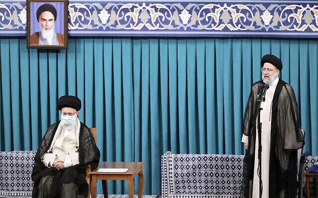 إبراهيم رئيسي (اليمين) مع المرشد الأعلى آية الله علي خامنئي (اليسار ) 3 أغسطس 2021  Office of the Iranian Supreme Leader via AP