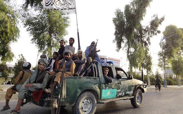 مقاتلو طالبان يقومون بدورية داخل مدينة قندهار جنوب غرب أفغانستان، الأحد 15 أغسطس، 2021. (AP / Sidiqullah Khan)