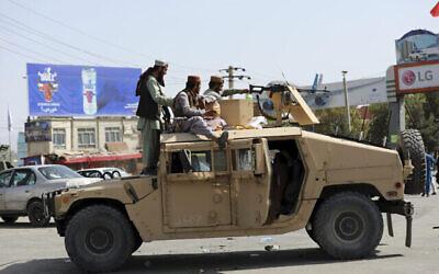 مقاتلو طالبان أمام مطار حامد كرزاي الدولي ، في كابول، أفغانستان، 16 أغسطس، 2021. (AP Photo / Rahmat Gul)