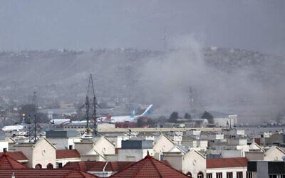دخان يتصاعد من انفجار خارج مطار كابول، أفغانستان، 26 أغسطس 2021 (AP Photo / Wali Sabawoon)