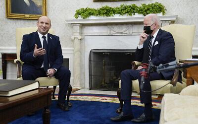 رئيس الوزراء نفتالي بينيت يتحدث أثناء لقائه بالرئيس الأمريكي جو بايدن في المكتب البيضاوي بالبيت الأبيض، 27 أغسطس، 2021، في واشنطن. (AP Photo / Evan Vucci)