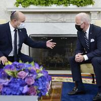 الرئيس الأمريكي جو بايدن (على يمين الصورة) يلتقي برئيس الوزراء نفتالي بينيت في المكتب البيضاوي للبيت الأبيض، 27 أغسطس، 2021، في واشنطن.(AP Photo/Evan Vucci)