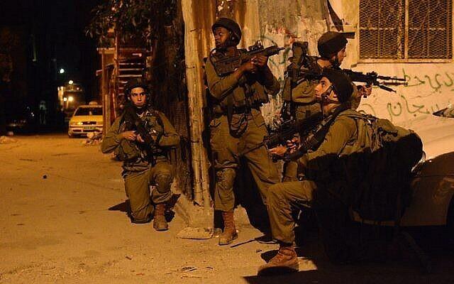 صورة توضيحية: لواء 931 ناحال التابع للجيش الإسرائيلي خلال دوريات البحث في مخيم بلاطة للاجئين بالقرب من نابلس في الضفة الغربية، ليلة 16 يونيو، 2014 (IDF Spokesperson / Flash90)
