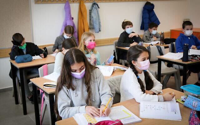 """طلاب الصف الخامس في مدرسة """"ألوموت"""" الابتدائية في إفرات، في 21 فبراير، 2021, (Gershon Elinson / Flash90)"""