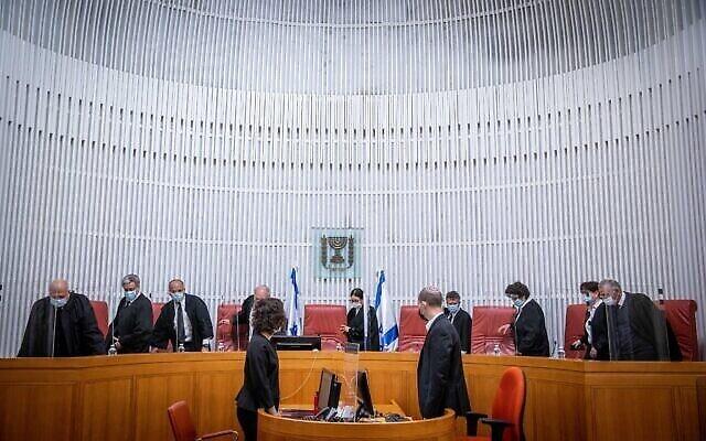 صورة توضيحية: قضاة المحكمة العليا يصلون لجلسة في المحكمة العليا في القدس، 24 فبراير 2021 (Yonatan Sindel / Flash90)