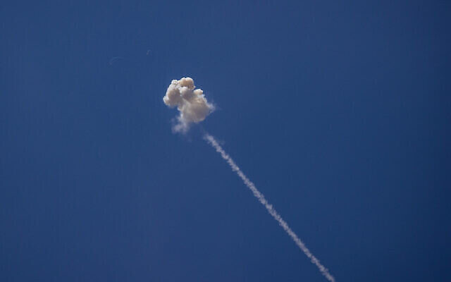 """نظام """"القبة الحديدية"""" للدفاع الصاروخي يطلق صواريخ اعتراضية باتجاه صواريخ قادمة من قطاع غزة، 17 مايو، 2021. (Yonatan Sindel / Flash90)"""