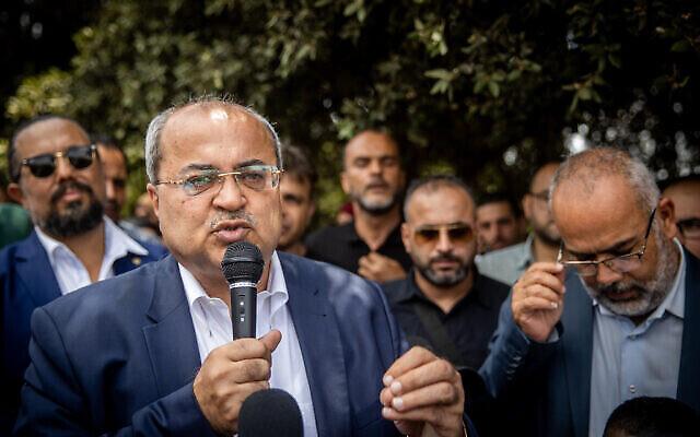 عضو الكنيست أحمد الطيبي يتحدث خلال مظاهرة خارج الكنيست في القدس، 5 يوليو، 2021. (Yonatan Sindel / Flash90)