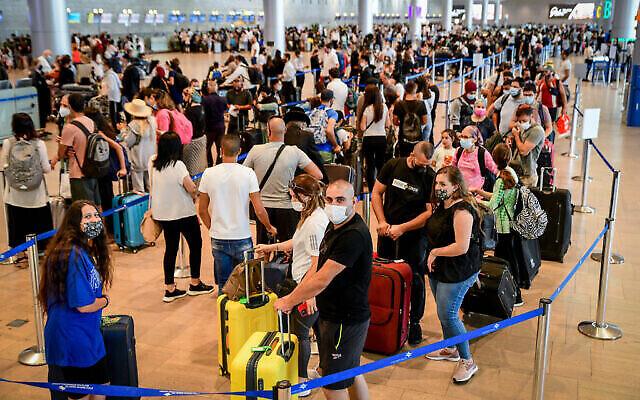 مسافرون في صالة المغادرة بمطار بن غوريون الدولي، 19 يوليو 2021 (Avshalom Sassoni / Flash90)