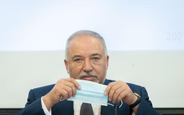 وزير المالية افيغدور ليبرمان في وزارة المالية في القدس، 21 يوليو 2021 (Yonatan Sindel / Flash90)