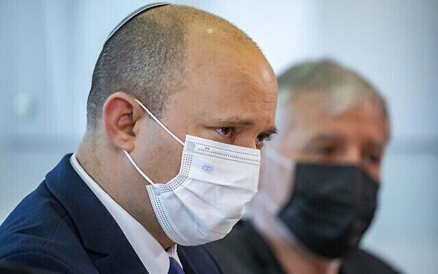 """رئيس الوزراء نفتالي بينيت يزور دار  المسنين """"مغدال نوفيم"""" في القدس، 27 يوليو، 2021. (Olivier Fitoussi / Flash90)"""