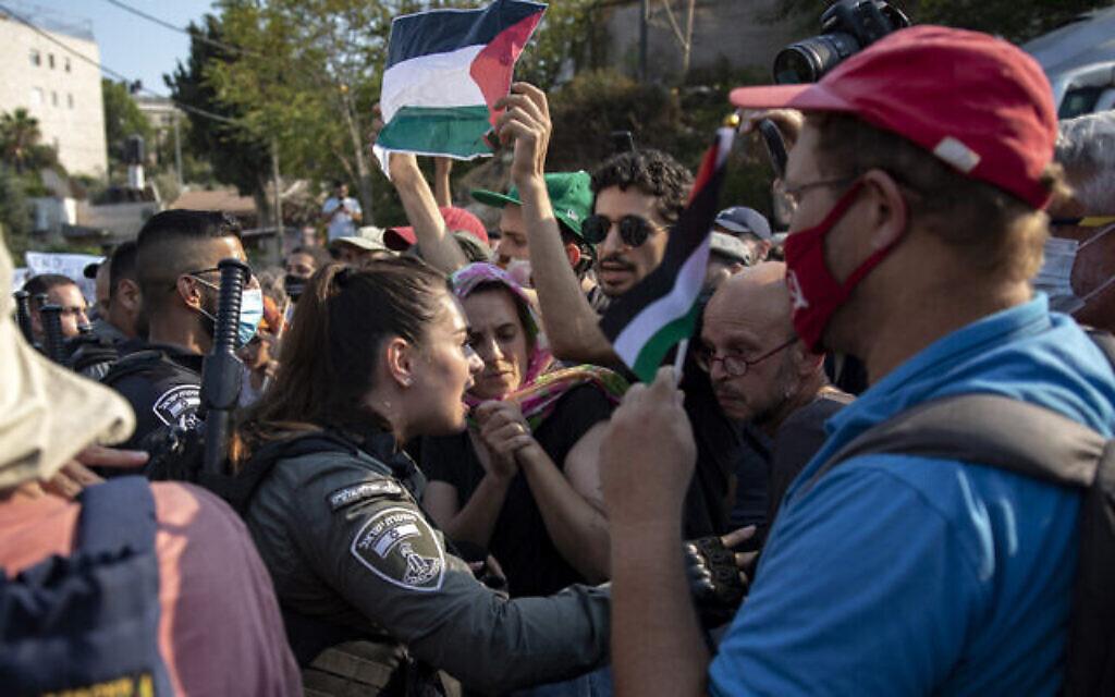 متظاهرون خلال تظاهرة في حي الشيخ جراح في القدس الشرقية، 30 يوليو، 2021. (Olivier Fitoussi / Flash90)