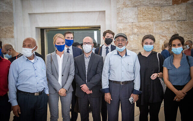 فلسطينيون مقدسيون من حي الشيخ جراح  يحضرون التماسًا في المحكمة العليا بالقدس، 2 أغسطس ، 2021.  Yonatan Sindel/Flash90