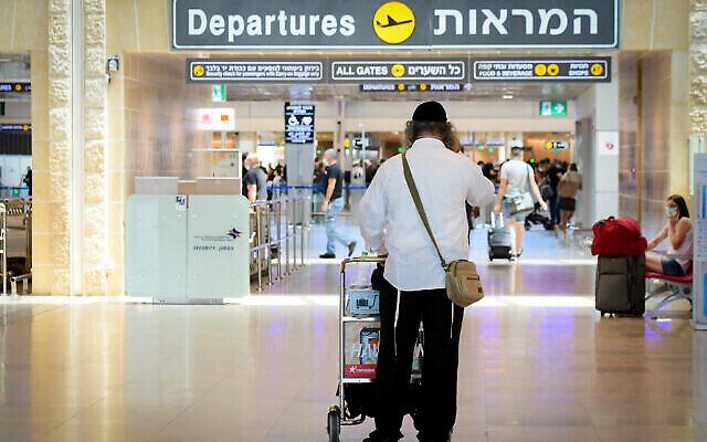 صورة توضيحية للمسافرين في مطار بن غوريون الدولي في إسرائيل، 5 أغسطس، 2021. (Avshalom Sassoni / FLASH90)
