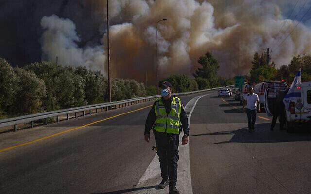 رجال إطفاء في موقع حريق اندلع غربي القدس، 15 أغسطس، 2021. (Yonatan Sindel / Flash90)