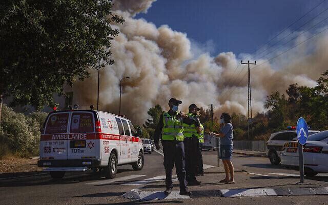 خدمات الطوارئ في موقع الحريق الذي اندلع في غابة بالقرب من بيت مئير في منطقة القدس، 15 أغسطس، 2021. (Yonatan Sindel / Flash90)