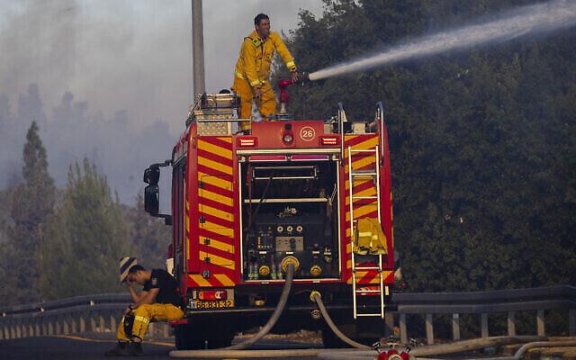 رجال الإطفاء يحاولون إخماد حريق بالقرب من موشاف غفعات يعاريم، بالقرب من القدس، 16 أغسطس، 2021. (Olivier Fitoussi / Flash90)