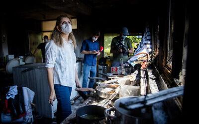 منظر للدمار الذي لحق بمنزل في موشاف غفعات يعاريم إثر حريق كبير اندلع أمس ، 17 أغسطس 2021 (يوناتان سندل / فلاش ٩٠)