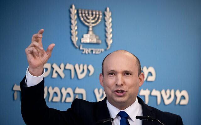 رئيس الوزراء نفتالي بينيت يعقد مؤتمرا صحفيا في مكتب رئيس الوزراء في القدس، 18 أغسطس، 2021. (Yonatan Sindel / Flash90)