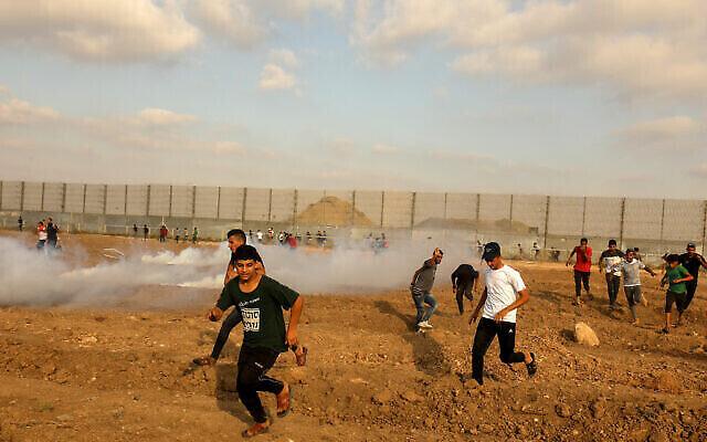اشتباكات بين فلسطينيين والقوات الإسرائيلية خلال احتجاجات على حدود غزة، شرق مدينة غزة، 21 أغسطس، 2021.(Abed Rahim Khatib / Flash90)
