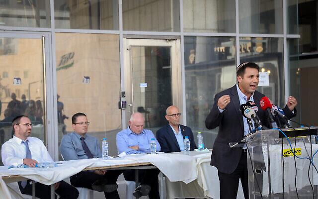 مديرو المستشفيات يعقدون مؤتمرا صحفيا احتجاجا على نقص التمويل لنظام الرعاية الصحية الإسرائيلي في القدس، 22 أغسطس 2021 (Noam Revkin Fenton / Flash90)