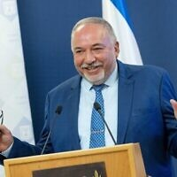 وزير المالية أفيغدور ليبرمان يتحدث في مؤتمر صحفي حول ميزانية الدولة، في وزارة المالية في القدس، 30 أغسطس، 2021 (Yonatan Sindel / Flash90)