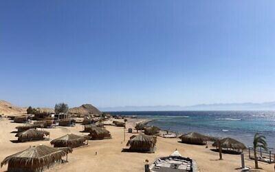 """منتجع """"نيو مون كامب"""" بالقرب من راس الشيطان في شبه جزيرة سيناء في 4 أبريل، 2021. (Jacob Magid/Times of Israel)"""