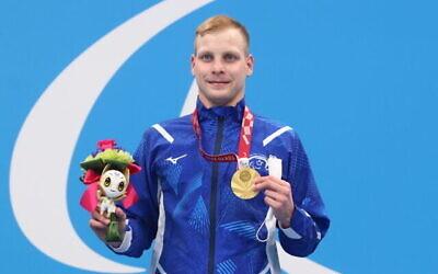 السباح البارالمبي الإسرائيلي مارك ماليار يتسلم الميدالية الذهبية في سباق 200 متر فردي للرجال في ألعاب طوكيو، 27 أغسطس، 2021. (Lilach Weiss/Israel Paralympic Committee)