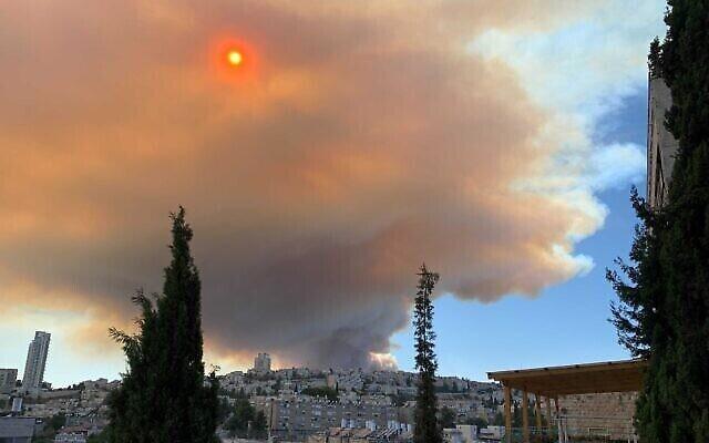 سحابة دخان تنتشر في أنحاء القدس، 15 أغسطس، 2021. (Mich Weinstein / Times of Israel)