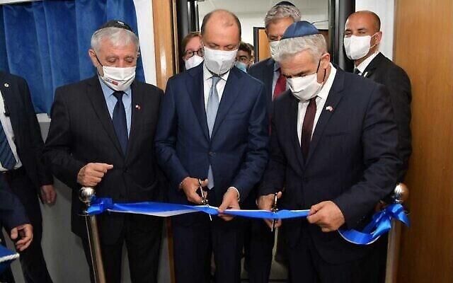 وزير الخارجية يائير لابيد (يمين) يفتتح مكتب الاتصال الإسرائيلي في الرباط، المغرب، في 12 أغسطس 2021، إلى جانب نائب وزير الخارجية المغربي محسن الجزولي (وسط) ووزير الرفاه مئير كوهين (يسار). (Shlomi Amsalem/GPO)