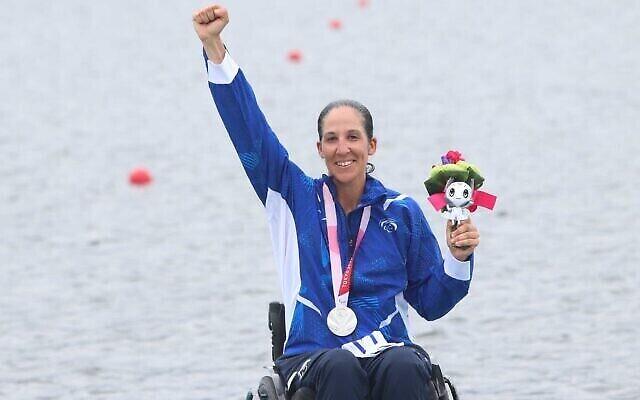 الجدافة موران صموئيل بعد فوزها بالميدالية الفضية  في دورة الألعاب البارالمبية 2020 في طوكيو، 29 أغسطس، 2021.  (Lilach Weiss/Israel Paralympic Committee)