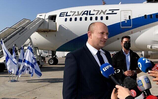 رئيس الوزراء نفتالي بينيت يتحدث إلى الصحفيين قبل مغادرته مطار بن غوريون إلى واشنطن في 24 أغسطس، 2021. (Avi Ohayon / GPO)