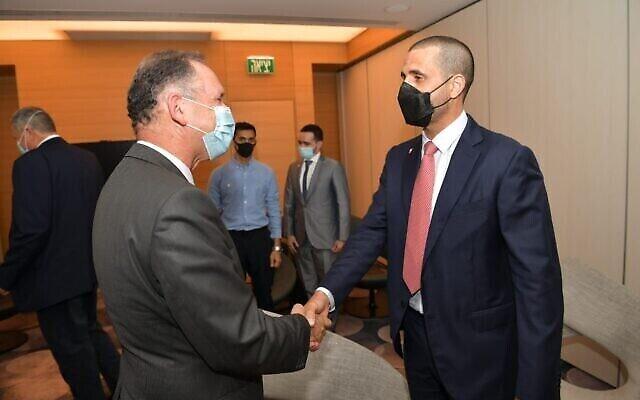 أول سفير للبحرين لدى إسرائيل، خالد يوسف الجلاهمة (يمين) بعد وصوله إلى إسرائيل، في 31 أغسطس 2021 (Shlomi Amsalem / GPO)