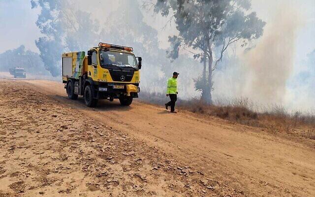 رجال الإطفاء يردون على حريق في غابة كيسوفيم في جنوب إسرائيل، 23 أغسطس، 2021 (Moshe Baruchi / KKL)
