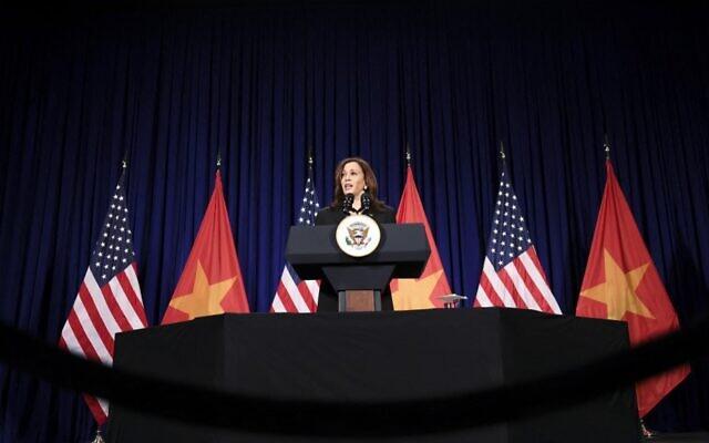 نائبة الرئيس الأمريكي كامالا هاريس تعقد مؤتمرا صحفيا قبل مغادرتها فيتنام متوجهة إلى الولايات المتحدة، بعد أول زيارة رسمية لها إلى آسيا، في هانوي في 26 أغسطس، 2021. ( EVELYN HOCKSTEIN / POOL / AFP)
