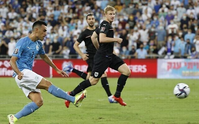 مهاجم منتخب إسرائيل عيران زهافي (من اليسار) يسدد الكرة لتسجيل الهدف الثالث خلال مباراة كرة قدم في التصفيات الأوروبية لكأس العالم 2022 بين إسرائيل والنمسا في ملعب سامي عوفر في حيفا، 4 سبتمبر، 2021. (JACK GUEZ / AFP)